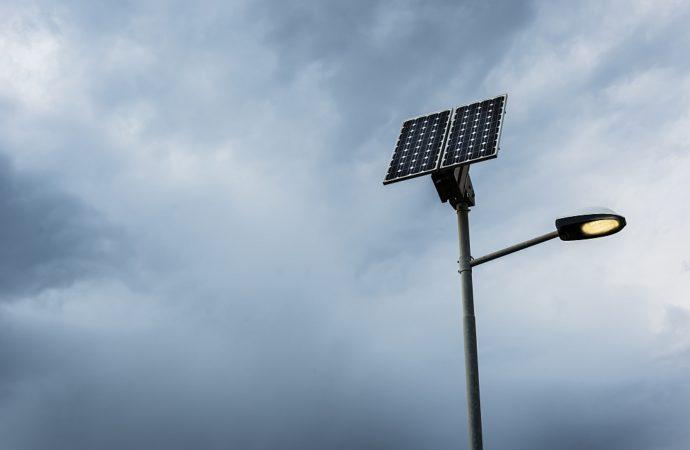 Czym cechują się lampy solarne?